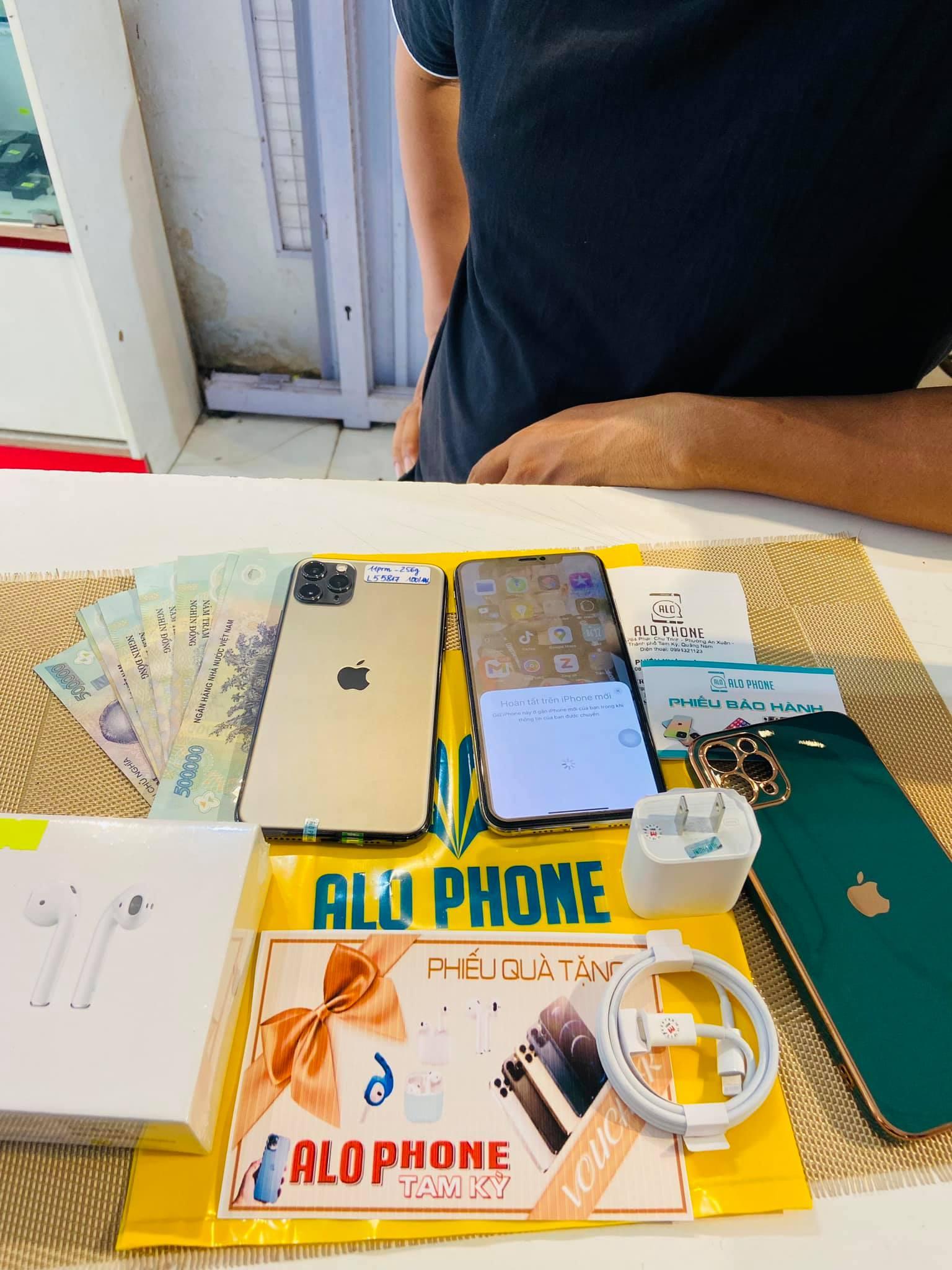 Khách mua hàng tại AloPhone